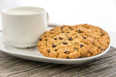 Cookies dos pedaços de chocolate e copo do leite Fotos de Stock Royalty Free
