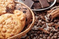 Cookies dos pedaços de chocolate e cookies do amendoim imagem de stock