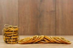 Cookies dos pedaços de chocolate e laranjas secas fotografia de stock royalty free