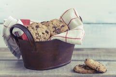 Cookies dos pedaços de chocolate em um fundo da madeira do vintage Imagem de Stock