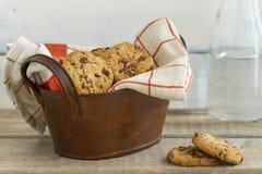 Cookies dos pedaços de chocolate em um fundo da madeira do vintage Fotos de Stock