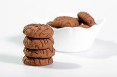 Cookies dos pedaços de chocolate em um vaso branco Imagens de Stock Royalty Free