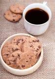 Cookies dos pedaços de chocolate em uma bacia de madeira fotos de stock royalty free