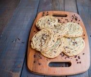 Cookies dos pedaços de chocolate em uma bandeja Yum!!! imagens de stock royalty free