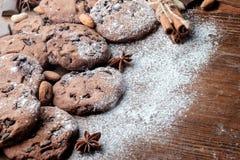 Cookies dos pedaços de chocolate na tabela fotos de stock royalty free