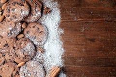 Cookies dos pedaços de chocolate na tabela com textura rústica escura foto de stock