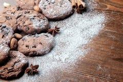 Cookies dos pedaços de chocolate na textura rústica escura foto de stock royalty free