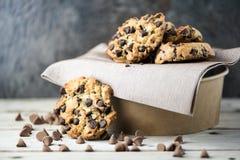 Cookies dos pedaços de chocolate no fundo do borrão fotos de stock royalty free