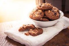 Cookies dos pedaços de chocolate no guardanapo na tabela de madeira Fotos de Stock Royalty Free