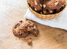 Cookies dos pedaços de chocolate no guardanapo na tabela de madeira Fotos de Stock