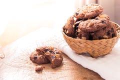 Cookies dos pedaços de chocolate no guardanapo na tabela de madeira Imagens de Stock Royalty Free