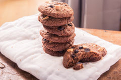 Cookies dos pedaços de chocolate no guardanapo na tabela de madeira Imagens de Stock