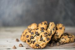 Cookies dos pedaços de chocolate que empilham no fundo do borrão imagens de stock