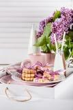 Cookies e canecas da surpresa do dia de Mother's em uma bandeja Imagens de Stock