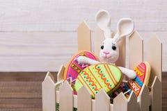 Cookies e coelho saborosos coloridos da Páscoa no fundo de madeira branco imagem de stock