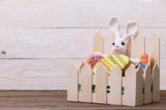 Cookies e coelho saborosos coloridos da Páscoa no fundo de madeira branco fotos de stock