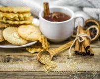 cookies e copo deliciosos do chá quente com uma vara de canela Fotografia de Stock Royalty Free