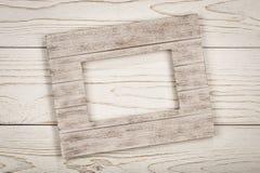 Cookies e flocos de farinha de aveia na placa de madeira na superfície rústica Imagens de Stock
