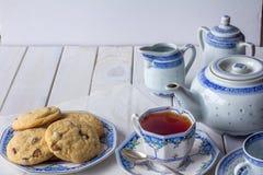 Cookies e grupo de chá cozidos frescos com o espaço da cópia horizontal imagem de stock