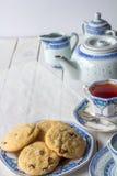 Cookies e grupo de chá cozidos frescos com vertical do espaço da cópia Foto de Stock Royalty Free