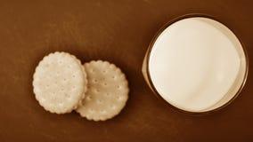 Cookies e leite na mesa de cozinha Café da manhã na cozinha Fotos de Stock Royalty Free