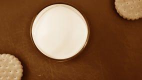 Cookies e leite na mesa de cozinha Café da manhã na cozinha Imagens de Stock Royalty Free
