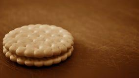 Cookies e leite na mesa de cozinha Café da manhã na cozinha Imagens de Stock