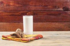 Cookies e leite - uma sobremesa doce fotos de stock
