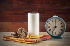 Cookies e leite - uma sobremesa doce foto de stock