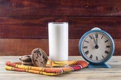 Cookies e leite - uma sobremesa doce fotografia de stock royalty free