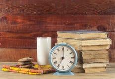 Cookies e leite - uma sobremesa doce fotografia de stock