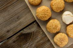 Cookies e merengue de biscoito amanteigado em cozinhar a folha fotos de stock royalty free