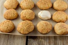 Cookies e merengue de biscoito amanteigado em cozinhar a folha Fotografia de Stock Royalty Free