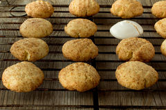 Cookies e merengue de biscoito amanteigado na cremalheira de fio Imagens de Stock