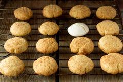 Cookies e merengue de biscoito amanteigado na cremalheira de fio Fotografia de Stock Royalty Free
