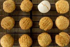 Cookies e merengue na cremalheira de fio Fotografia de Stock Royalty Free