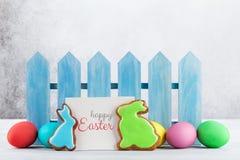 Cookies e ovos do pão-de-espécie da Páscoa foto de stock