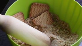Cookies e pino do rolo de madeira em um recipiente Para fazer microplaquetas do biscoito Base para PNF do bolo video estoque