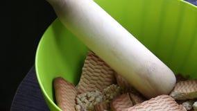 Cookies e pino do rolo de madeira em um recipiente Para fazer microplaquetas do biscoito Base para PNF do bolo vídeos de arquivo