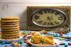 Cookies e relógio Fotografia de Stock Royalty Free