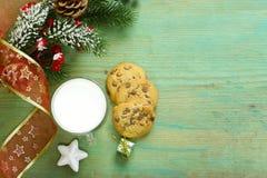 Cookies e um vidro do leite para Santa fotografia de stock royalty free