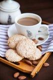 Cookies e xícara de café de amêndoa Fotografia de Stock