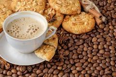Cookies e xícara de café do amendoim com leite imagem de stock