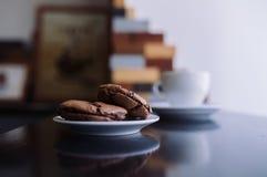 Cookies e xícara de café em um café Fotografia de Stock Royalty Free