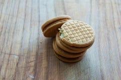 Cookies em um fundo de madeira Imagens de Stock
