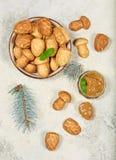 Cookies em uma forma dos cogumelos e dos cones do pinho enchidos com o creme do leite condensado fotos de stock royalty free