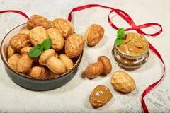 Cookies em uma forma dos cogumelos e dos cones do pinho enchidos com o creme do leite condensado imagens de stock