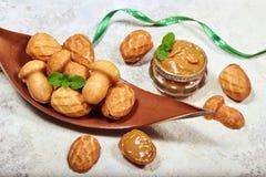 Cookies em uma forma dos cogumelos e dos cones do pinho enchidos com o creme do leite condensado fotos de stock