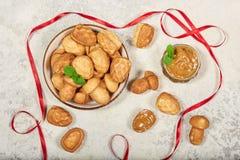 Cookies em uma forma dos cogumelos e dos cones do pinho enchidos com o creme do leite condensado imagem de stock