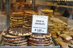 Cookies em uma janela da loja Fotos de Stock Royalty Free
